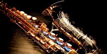 Каждую пятницу и субботу у нас выступает саксофонист