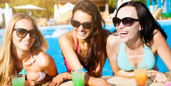 В пятницу и субботу - зажигательные вечеринки до самого утра у бассейна!