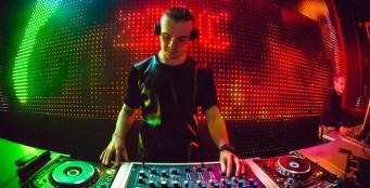 По пятницам и субботам играет у нас DJ!