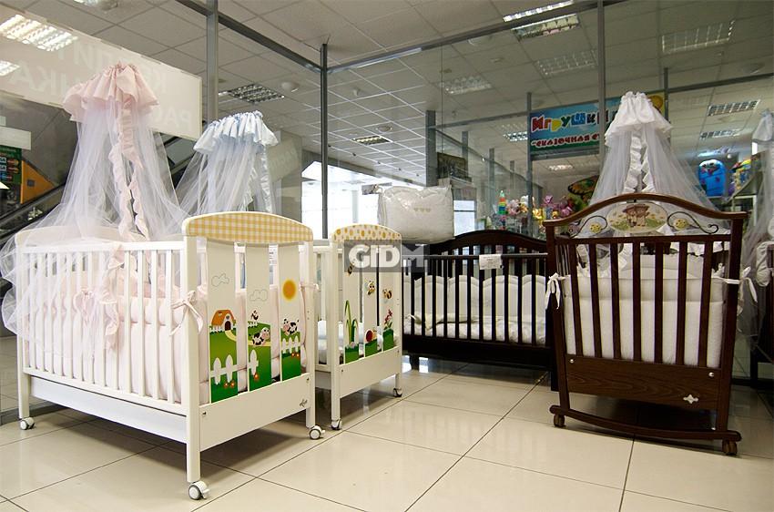детская кроватка в магазине с матрасом