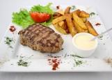 Стейк из говядины Бульвар (соус на выбор - сырный или чили)