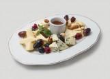 Тарелка разных сыров с медом и ягодами