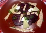 Слайсы из свеклы на ольховой щепке с творожным сыром и орехом